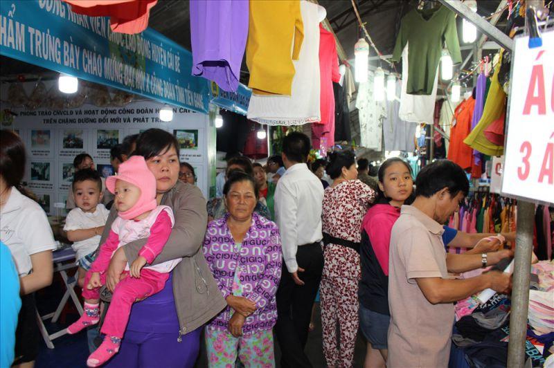 Đông đảo người dân đến với hội chợ.