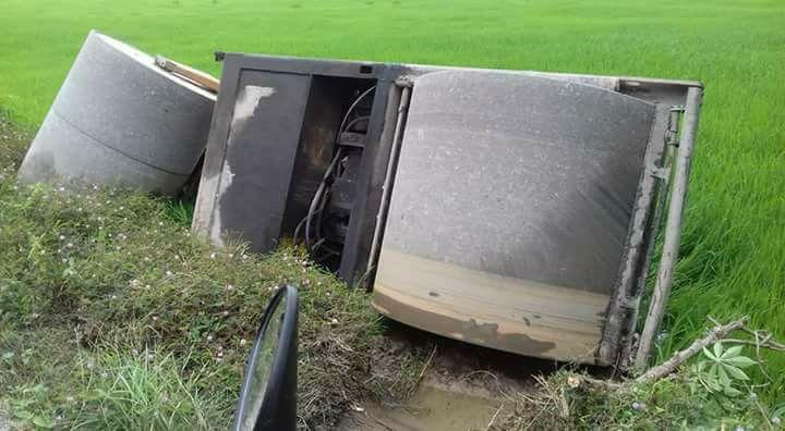 Tiền Giang: Xe lu bị lật xuống ruộng do hỏng phanh khi đang chạy nhanh trên đường lộ