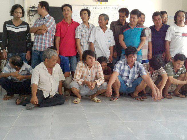 Triệt phá trường gà ở Tiền Giang bắt hơn 30 người