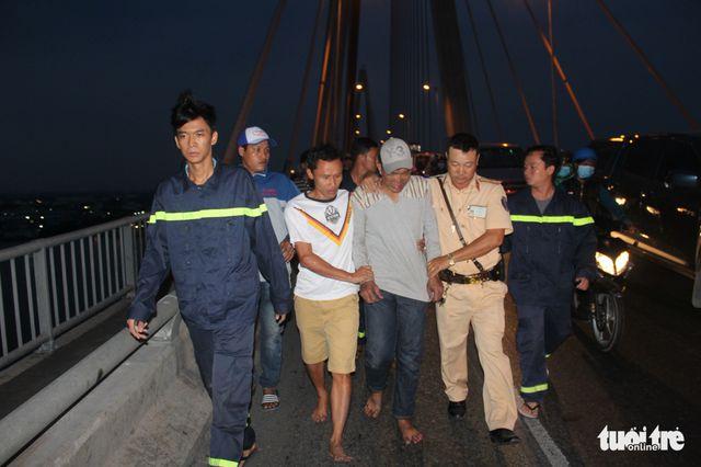 Video thanh niên ngáo đá 'làm xiếc' trên cầu Rạch Miễu - Tiền Giang