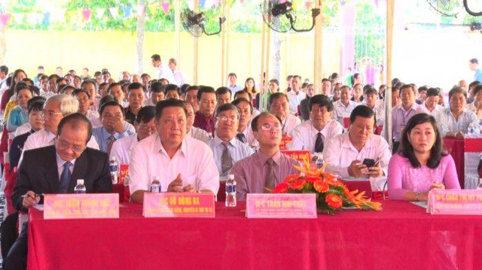 Các đại biểu tham dự lễ ra mắt xã nông thôn mới.