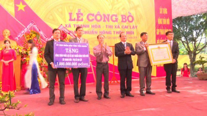 UBND tỉnh trao bằng công nhận xã đạt chuẩn nông thôn mới, tặng cờ thi đua cho xã Thanh Hòa.