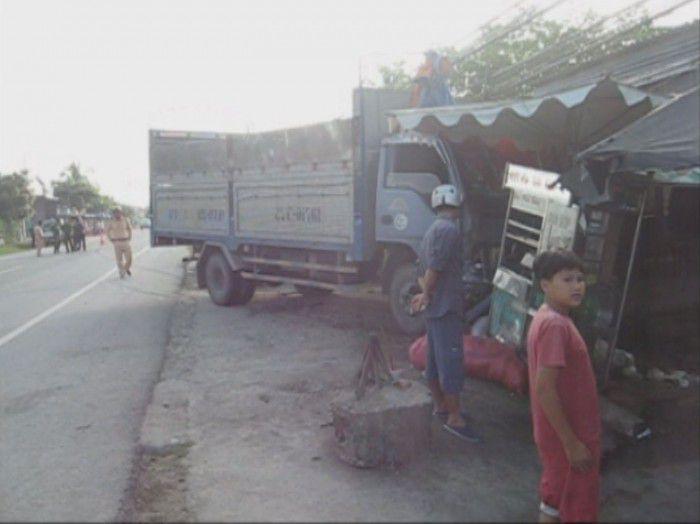 Xe tải mất lái ở Gò Công Tây tông hai người bị thương nặng