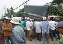 Đông đảo người dân hiếu kỳ theo dõi vụ tai nạn nghiêm trọng này.