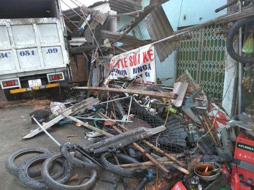 Xe tải mất lái, tông sập mái hiên 3 nhà dân ở Châu Thành, Tiền Giang