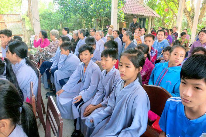 Chùa Khánh Long - Cai Lậy tặng 300 phần quà xuân cho bà con