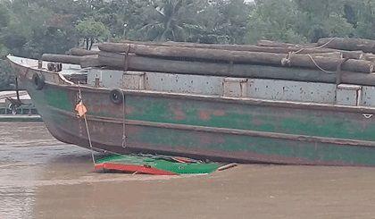 Sà lan va chạm liên tiếp gây ùng tắc trên kênh Chợ Gạo, Tiền Giang