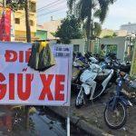 Tiền Giang: Lấy áo khoác trùm bảng giá giữ xe để thu quá giá