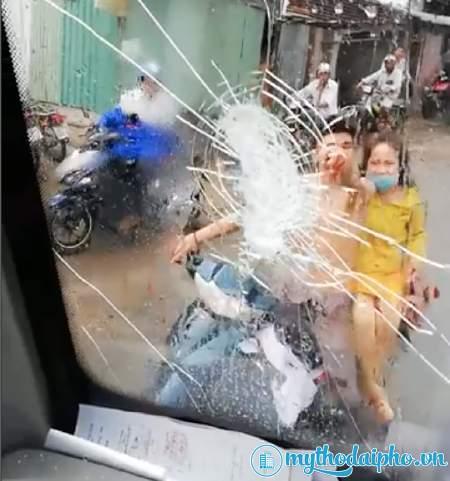 Thanh niên đuổi theo ném vỡ kính ô tô vì bị tạt nước bẩn vào người