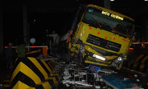 Phần đầu ô tô tải bị hư hại nặng. Ảnh: Tiền Giang