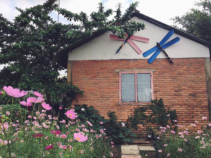 Nhiều tiểu cảnh gắn với làng quê Việt Nam như: cây rơm, mái nhà tranh, xuồng ba lá, ao sen, cầu khỉ… cũng được dựng trong vườn để khách tham quan, chụp ảnh. Ảnh: Quốc Hoàng Nguyễn.