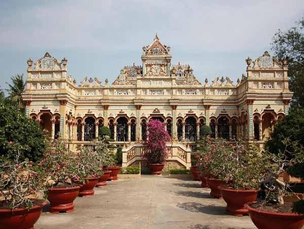 Chùa Vĩnh Tràng là ngôi chùa thờ Phật lớn nhất tỉnh Tiền Giang, chùa mang dáng vẻ kiến trúc châu Á pha lẫn châu Âu