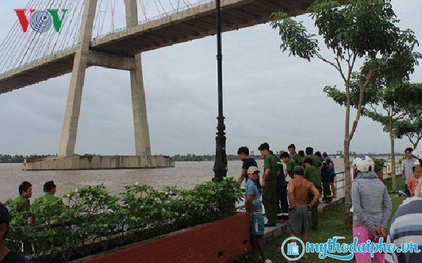 Một người nhảy từ cầu Rạch Miễu xuống sông Tiền mất tích