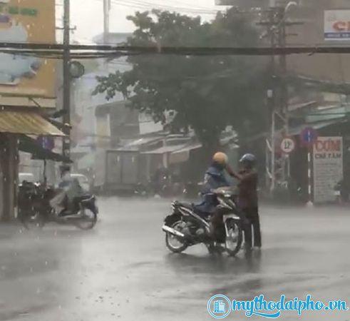 Mỹ Tho ấm lòng ngày mưa gió: Cha già nhường chiếc áo mưa duy nhất cho con trai 30 tuổi