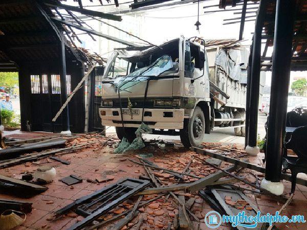 Xe tải lao thẳng vào nhà hàng Trung Lương - Mỹ Tho, Tiền Giang