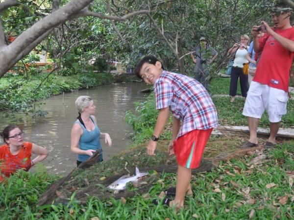 Tham gia các hoạt động như bắt cá, cấy lúc, du ngoạn sông, đạp xe quanh vườn….Ảnh: priceline.