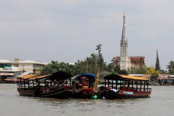 Chợ nổi Cái Bè, điểm tham quan đặc trưng của miền sông nước miền Tây.