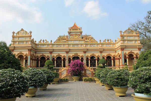 Chùa Vĩnh Tràng mang trong mình hai lối kiến trúc Á - Âu độc đáo. Ảnh: Phước Bình.