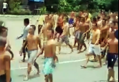 Hàng trăm học viên cởi trần đi nghênh ngang trên Quốc lộ 1. Ảnh: Cắt từ video.