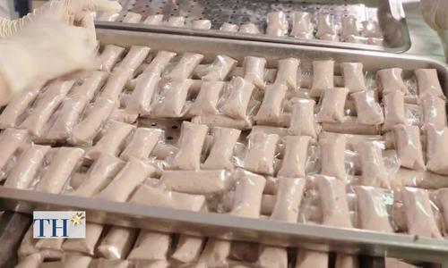 Người làm nem chả Gò Công xay thịt với nước đá để giữ độ dai giòn