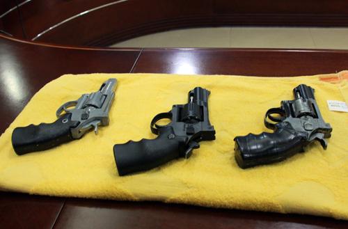 3 khẩu súng cảnh sát thu giữ của hai nghi phạm. Ảnh: Hoàng Nam.
