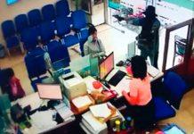 Thời điểm nghi can khống chế nhân viên ngân hàng cướp tiền. Ảnh: Trích xuất camera
