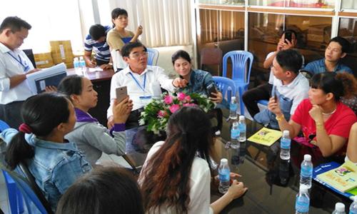 Người dân kéo đến sở giáo dục phản đối dạy chương trình mới. Ảnh: Nguyễn Vinh