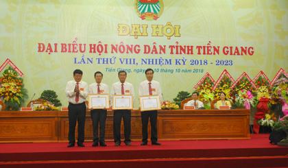 UBND tỉnh tặng Bằng khen cho các tập thể có nhiều đóng góp cho Hội Nông dân trong nhiệm kỳ qua.