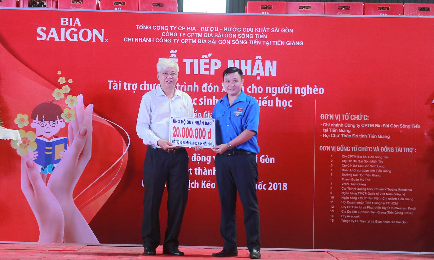 Chủ tịch Hội Chữ thập đỏ tỉnh Võ Văn Láng nhận bảng tượng trưng của nhà tài trợ.