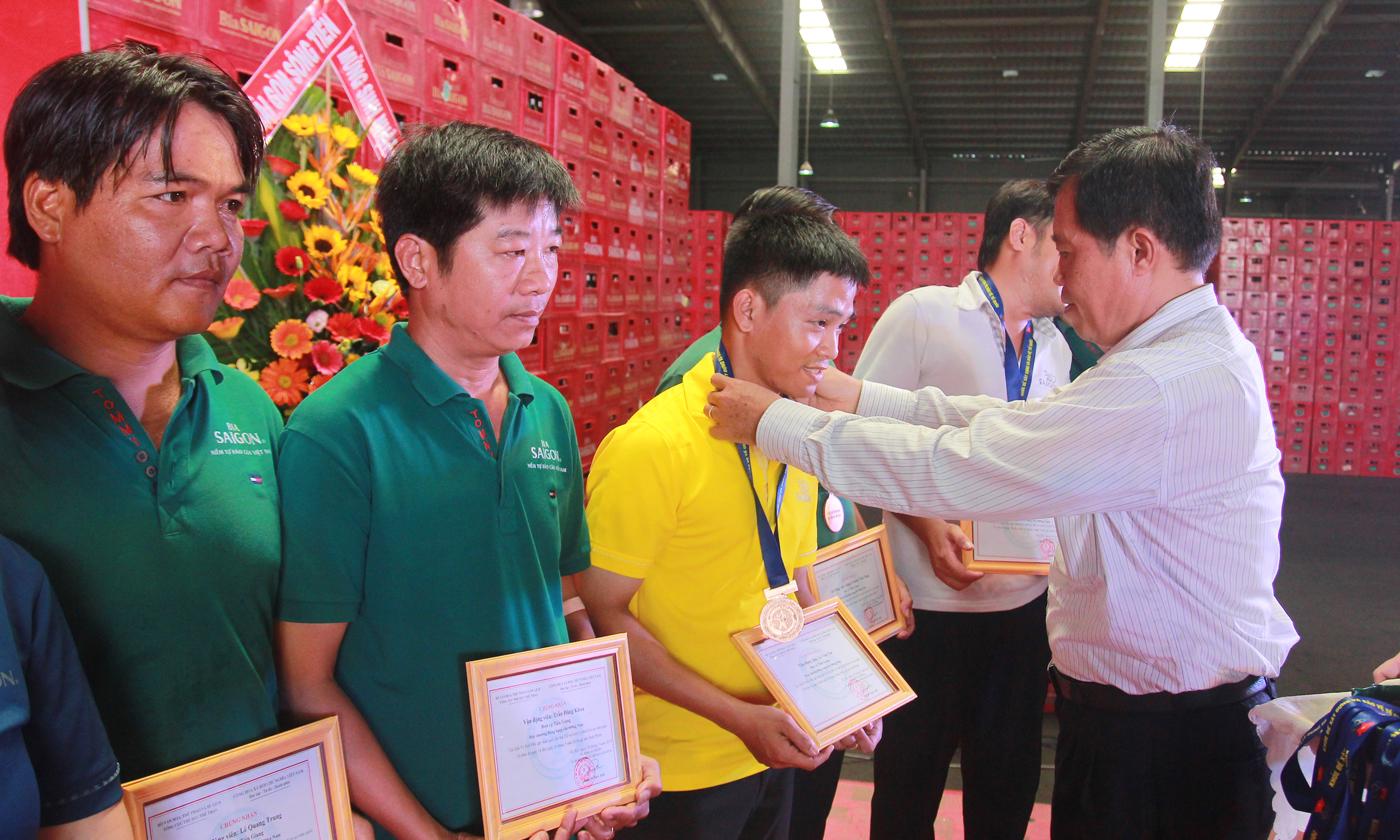 Giám đốc Sở VH-TT&DL Nguyễn Đức Đảm trao giấy chứng nhận và và Huy chương cho các Vận động viên.