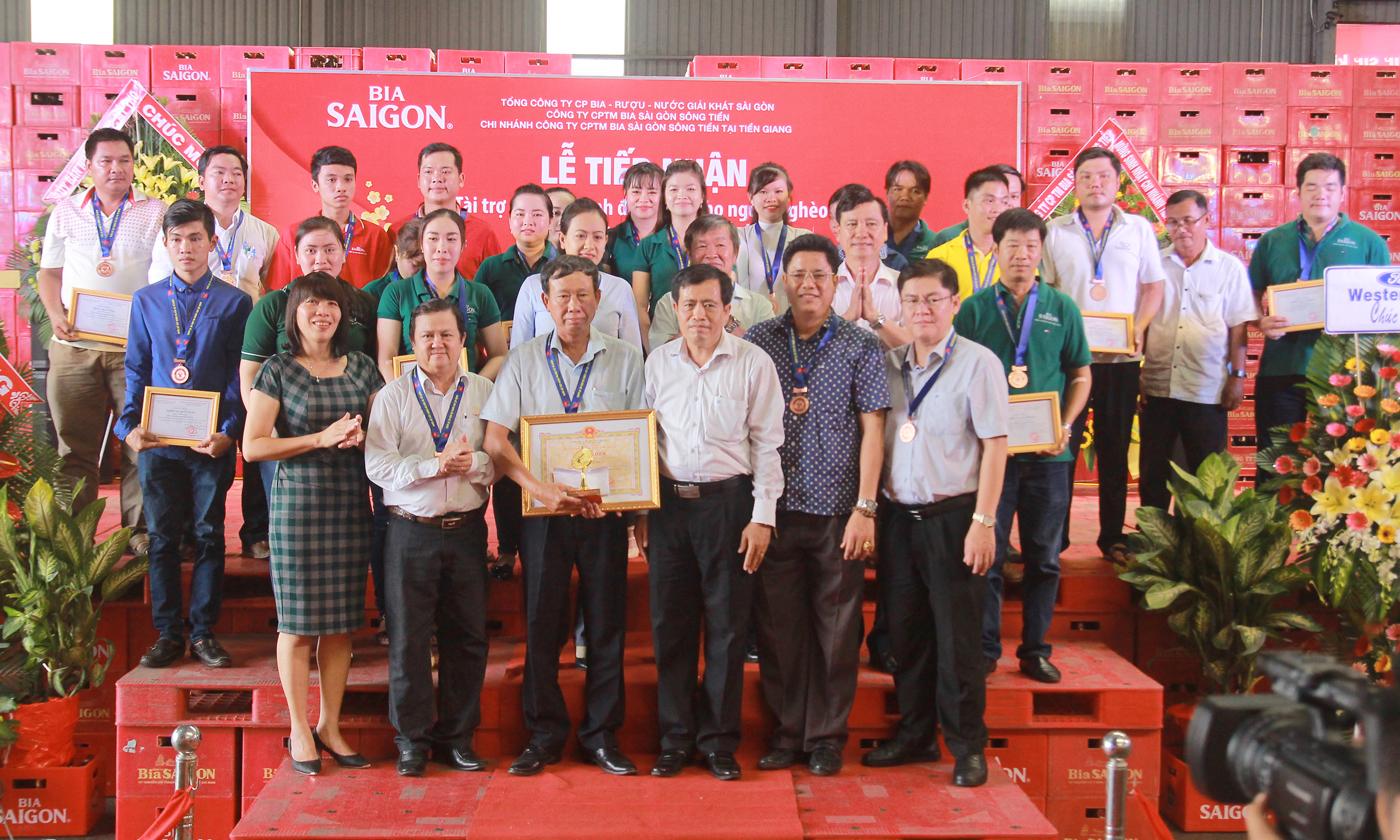 Đại biểu chụp ảnh lưu niệm với Đoàn vận động viên Bia Sài Gòn.