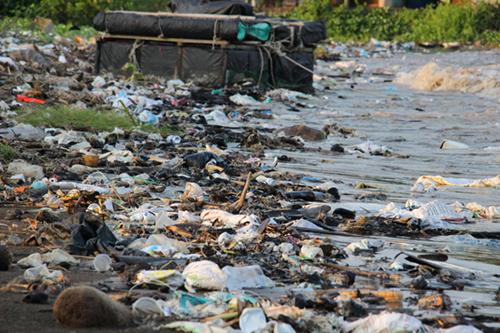 Bãi biển ngập ngụa rác. Ảnh: Hoàng Nam