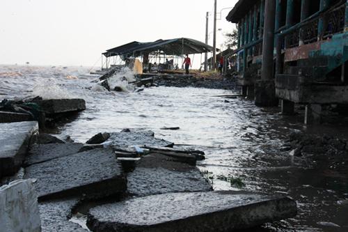 Bờ kè khu du lịch bị hư hại nặng, nước biển ngập cả lối đi. Ảnh: Hoàng Nam