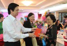 Đồng chí Nguyễn Văn Danh tặng hoa và quà cho cán bộ lãnh đạ