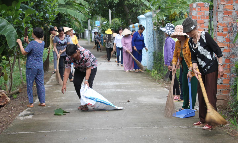 Chị em hội viên, phụ nữ tham gia giữ gìn vệ sinh các tuyến đường.