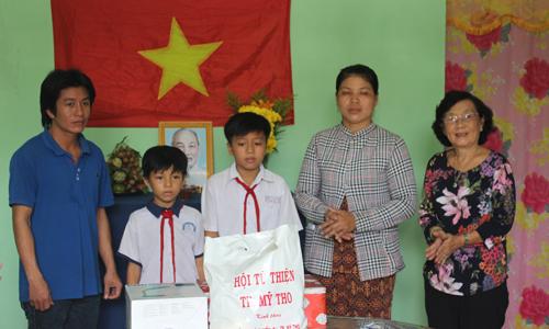 Hội Khuyến học tỉnh tặng quà cho gia đình.