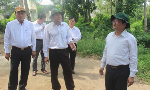 Thường trực UBND tỉnh khảo sát khu đất công tại xã Vĩnh Kim.