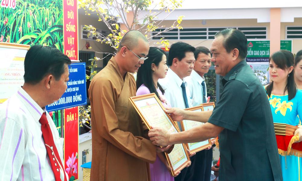 UBND tỉnh trao Bằng khen cho các cá nhân có nhiều đóng góp trong việc xây dựng NTM.