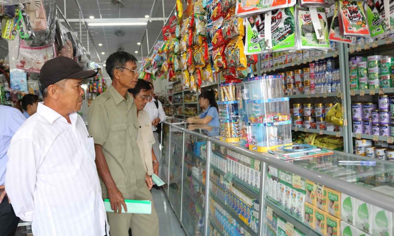 Người tiêu dùng mua sắm tại điểm bán hàng Việt ở huyện Tân Phước.
