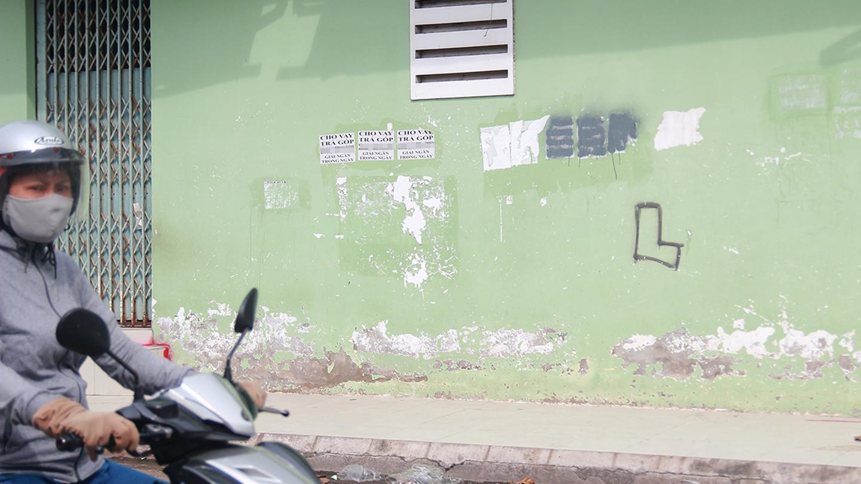 Một vách tường nhà trên đường Phùng Há (xã Trung An, TP. Mỹ Tho) thành nơi quảng cáo bất đắc dĩ.