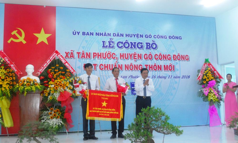 Đồng chí Nguyễn Văn Thắng trao cờ cho xã Tân Phước.
