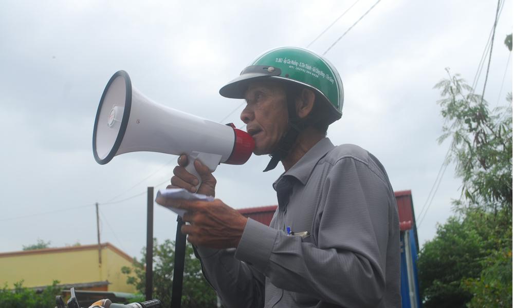 Trưởng ấp Đèn Đỏ, xã Tân Thành (huyện Gò Công Đông) thông báo di dời dân bước 1.