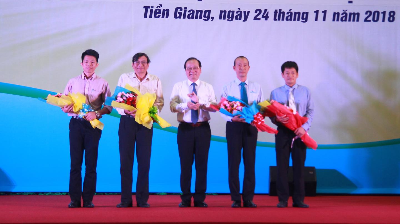 Phó Chủ tịch UBND tỉnh Tiền Giang Trần Thanh Đức tặng hoa cảm ơn các công ty có chức năng đưa người lao động đi làm việc ở nước ngoài đã đồng hành với tỉnh trong thời gian qua.