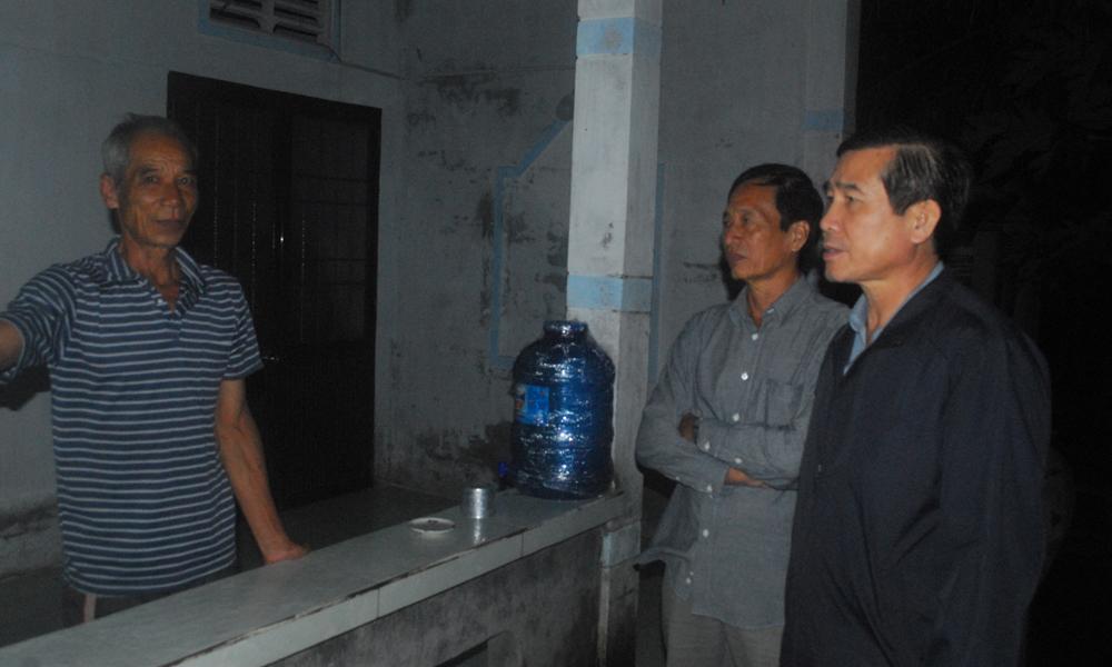 Kiểm tra các hộ dân ngoài đê biển, đồng chí Lê Văn Hưởng yêu cầu phải đi tránh trú hết.