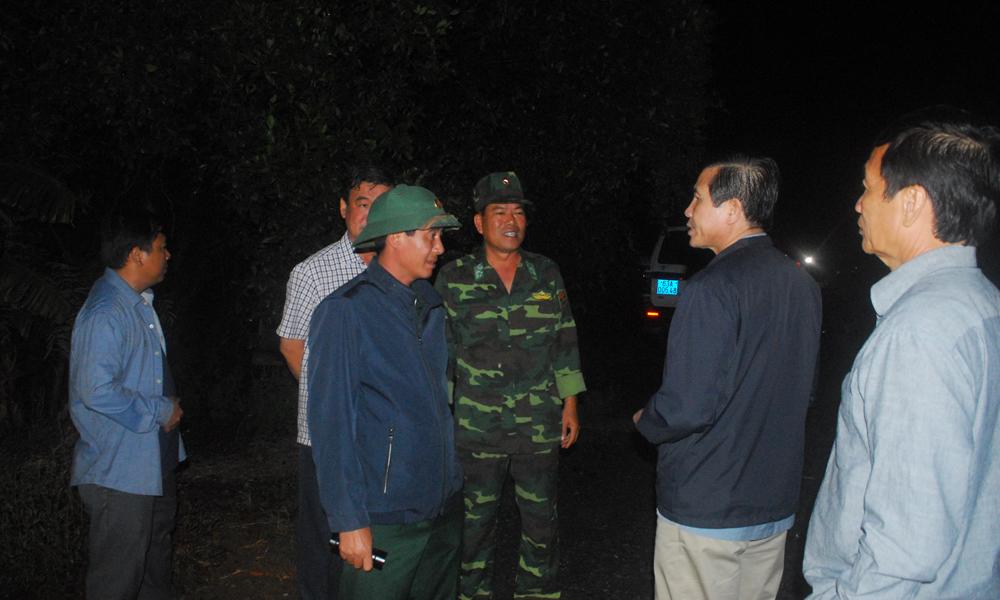 Chủ tịch UBND tỉnh Lê Văn Hưởng yêu cầu ngành chức năng phải có giải pháp mạnh để di dời các tàu đi nơi khác.
