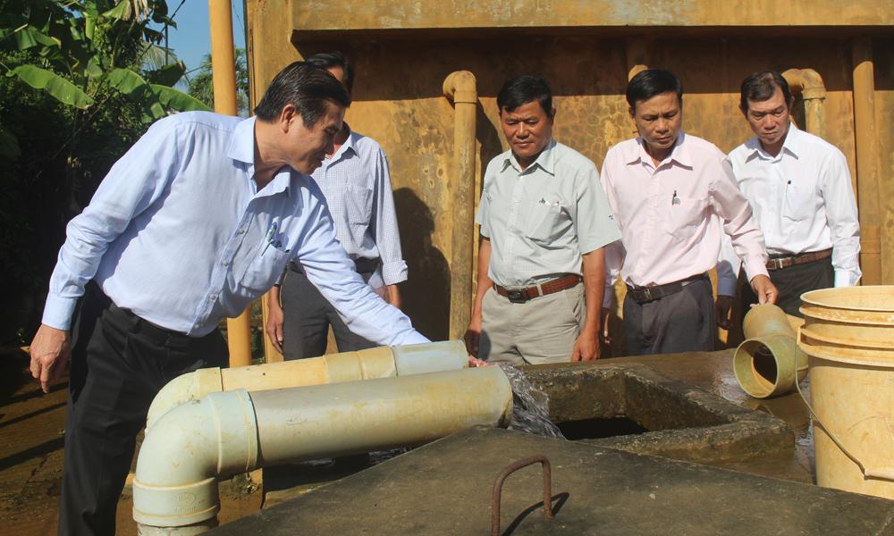 Chủ tịch UBND tỉnh Lê Văn Hưởng kiểm tra việc cung cấp nước sinh hoạt tại Hợp tác xã Nông nghiệp dịch vụ nông thôn Bình Nhì.