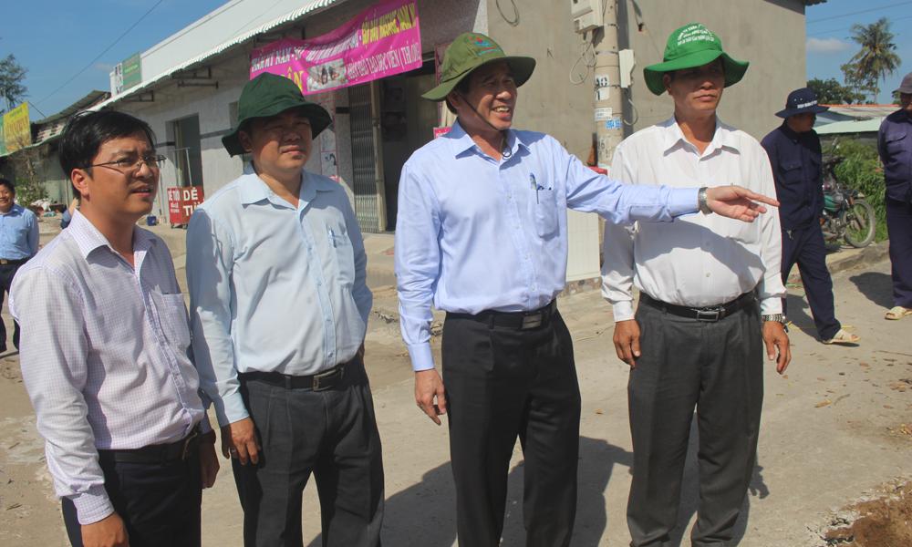 Chủ tịch UBND tỉnh Lê Văn Hưởng kiểm tra việc giải tỏa các công trình vi phạm hành lang an toàn giao thông đường bộ tuyến Quốc lộ 50.
