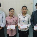 Phó Tổng Biên tập Báo Ấp Bắc Phạm Văn Sơn trao học bổng cho các sinh viên.
