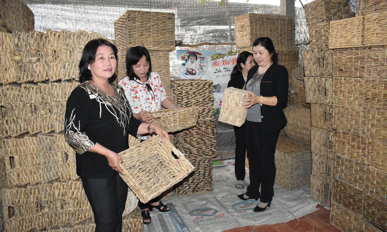 Chị Lê Thị Trinh (bìa trái)