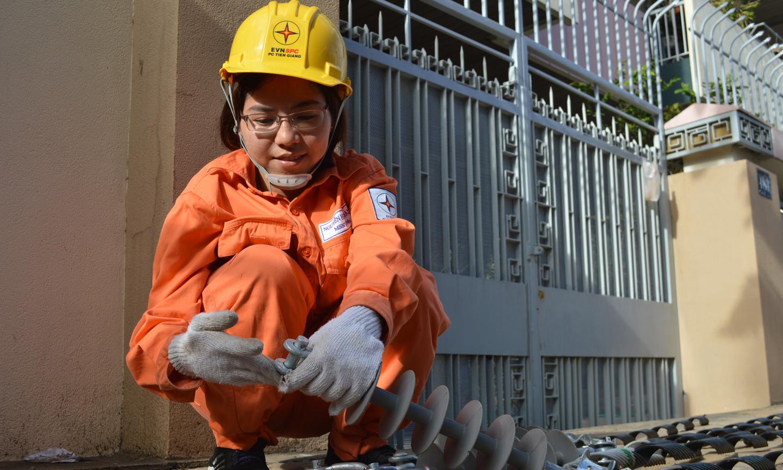 Chị Nguyễn Hoàng Oanh công nhân điện hỗ trợ từ huyện Gò Công Tây.